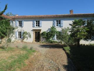 Spacious 4 Bed, 4 bath farmhouse with pool, Estampes
