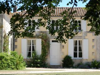 Traditional Charentaise House with 3/4 bedrooms, Boutenac-Touvent
