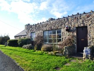 FORYD COTTAGE LOCATED RIGHT ON THE WATER'S EDGE., Caernarfon