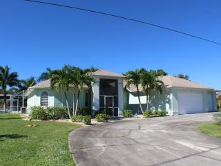 Gulf Access Pool Home with 3 King size beds, Cape Coral