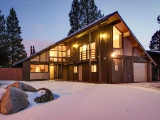 Lakefront retreat w/ a private hot tub & shared amenities, South Lake Tahoe