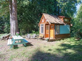 The Micro Cabin In Roberts Creek - 2 min to beach!