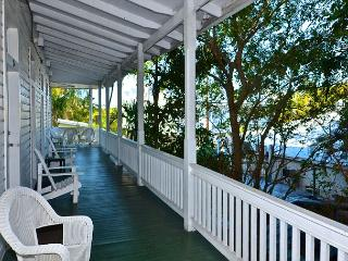 Duval Quarters - Roomy 1 Bed 1 Bath Condo Just Steps to Duval St! Sleeps 4