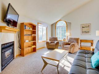 Condo w/ ocean views, close beach access, gas fireplace!, Cannon Beach