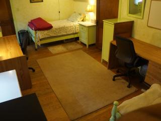 Humphrey Homestay - Yellow Bedroom, Bed 2, Oak Park