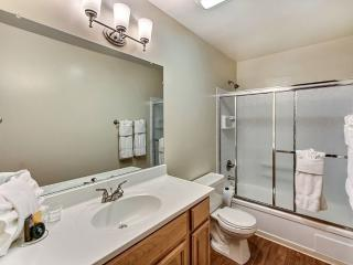 Beautiful 1 bedroom with mix contemporary and modern design, Mountain View