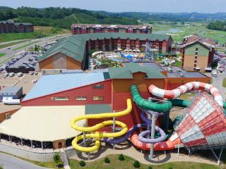 Great Smokies Lodge 3BR DLX - Waterpark Included!, Sevierville