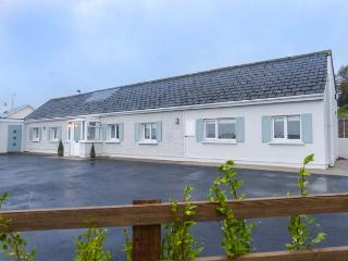 SHIRSHEEN COTTAGE, cosy holiday home, solid fuel stove, WiFi, ground floor cottage, Arklow, Ref 931293