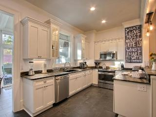 Beautiful Newly Renovated Jones St. Home. Gorgeous Views, Comfortable, and Modern!, Savannah