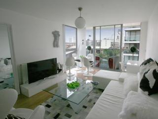 DESIGNER 2bed 2bath Waterfront Zone2 Central, London