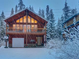 Gorgeous home with private hot tub, deck, and ski access!, Government Camp