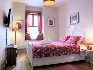 Queen's Room (University Bed & Breakfast), Montreal