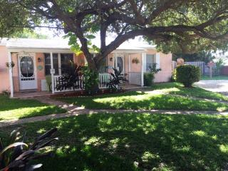 Cocoa Beach Cottage Downtown  - Walk to the beach!