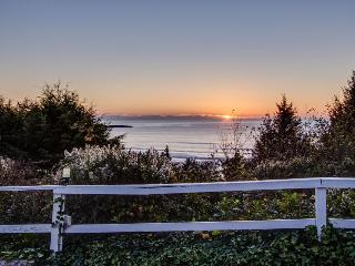 Close beach access, pet-friendly with room for 8!, Otter Rock
