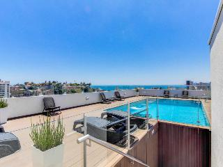 Modern condo for 2: shared rooftop pool, close to everything, Vina del Mar