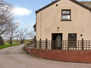 SMUGGLERS COTTAGE, romantic cottage, private front patio, pet-friendly, WiFi, Dunster Ref 925810