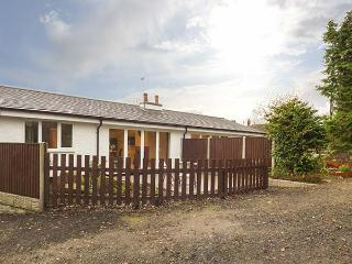 ROSE COTTAGE, modern holiday home with pretty views, multi-fuel stove, luxury finish, Belper, Ref. 927892
