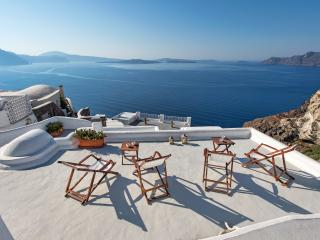 Skala Traditional Cave house with outdoor jacuzzi, Oia