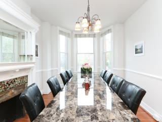 Classic DC Rowhouse with parking- walk to metro!, Washington DC