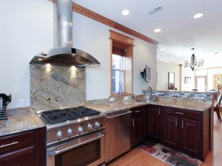 DC Classic Rowhome-private balcony and parking, Washington DC