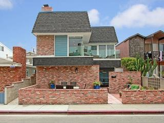 Four Bedroom 'Home Away from Home' with Two Patios, Rooftop Deck, Ocean Views, Newport Beach