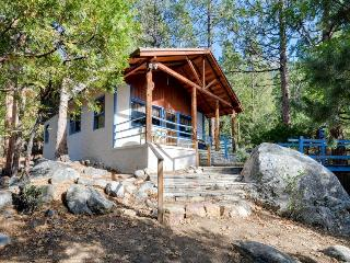 Cozy three-bedroom cabin nestled in the mountains sleeps 8!, Idyllwild