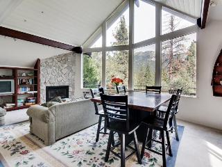 Dog-friendly home with vaulted ceilings and mountain views!, Idyllwild