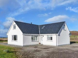 BRAE COTTAGE, detached, woodburner, hot tub, private decked area, WiFi, Dunvegan Ref 925706