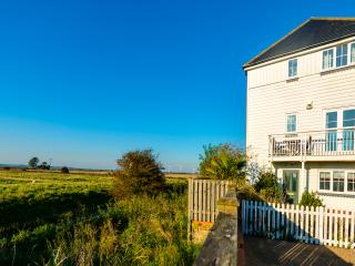 Beautiful views & just mins walk to the beach, Camber