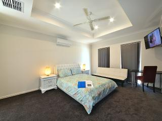 K4 Master Suite in 6 BR house 5km fr Perth City