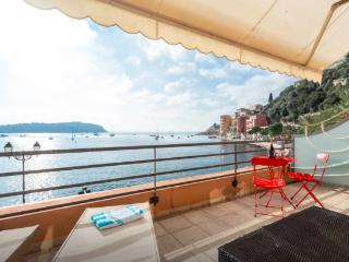 Stunningly located apartment with balcony and Mediterranean Sea view, minutes from the beach, sleeps 4, Villefranche-sur-Mer