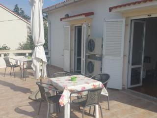 Spacious apartment for up to 7 near the center, Novalja