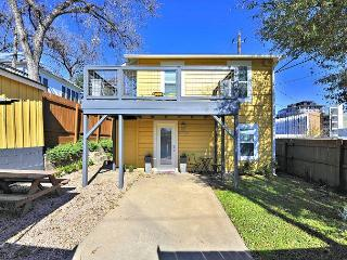 2BR/2BA Gorgeous Downtown Guesthouse with 2 Full Apartments–Walk to 6th St, Austin