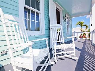 Luxury 1 bedroom 1 bath with full kitchen - sleeps 3 - Steps from Duval St, Key West