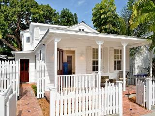 Petunia Cottage: Historic Old Town Home - sleeps up to 4 - Fully Renovated, Key West