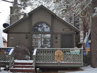Pine Tree Retreat ** HOT TUB **, Big Bear City