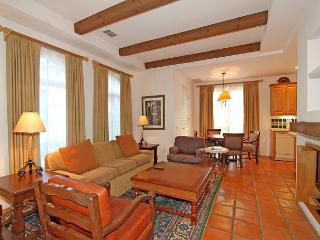 A Downstairs One Bedroom Spa Villa with a King Bed and Spacious Living Room!, La Quinta