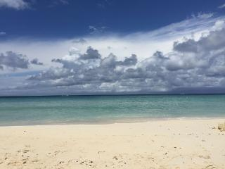 Modern 3BR Seven Mile Beach 30 steps to the sand, George Town