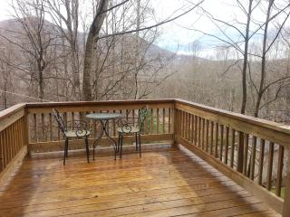 Suite Escape mountainside retreat with deck views, Maggie Valley