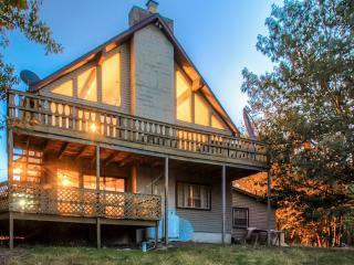 Alluring Recently Renovated 4BR Lake Harmony House w/Wifi, Indoor Hot Tub, Private Deck & Breathtaking Valley Views - Spectacular Mountain Location! Close to Lake, Ski Slopes & Golf Course!