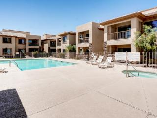 Tranquil 2BR Glendale Townhome w/Wifi & Community Pool - Only A Few Miles From Historic Downtown Glendale & 7 Miles From the Cardinals Stadium!