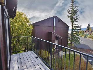 Spacious & Cozy 4BR Lake Tahoe Condo w/2 Tree-Top Balconies & Scenic Views - Steps from the Beach, Only 1 Mile from Tahoe City & 15 Minutes to Squaw Valley Resort!