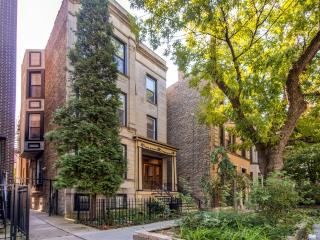 Stylish 3BR Chicago Apartment w/Wifi & Spectacular City/Water Views - Unbeatable Location! Walk to Wrigley Field, Belmont Harbor & Countless Bars!