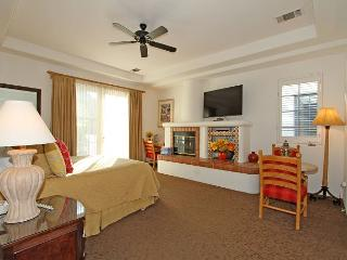 A Downstairs Studio Spa Villa with a King Bed, Full Bathroom and Living Area!, La Quinta