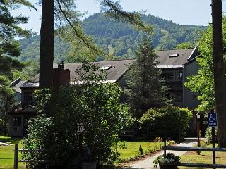Attitash Mtn Village Condo-Sleeps 12.Cable,WiFi,All Resort Amenities Included, Bartlett