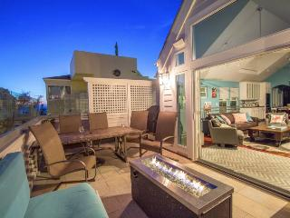 Stunning Beach Home. Glass Balcony with Fire Pit. Steps from the sand., San Diego
