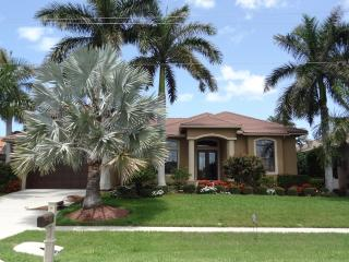 Magnificent 4+den/3 home with unforgettable water, Marco Island