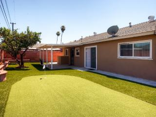 Beautifully Remodeled 4BR Anaheim House w/Wifi, Modern Kitchen & Putting Green - Amazing Location, Only 2 Miles From Disneyland!