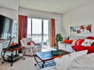 Amazing 2BR Long Beach Apartment w/Wifi, Private Balcony & Gorgeous Pacific Ocean Views - Walking Distance to the Beach, Aquarium, Restaurants & More!