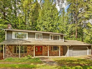 Newly Remodeled 4BR Woodinville House w/Wifi, Private Backyard & Spacious Deck - Peaceful Wooded Setting! Easy Access to Wineries, Breweries, Hiking Trails & More